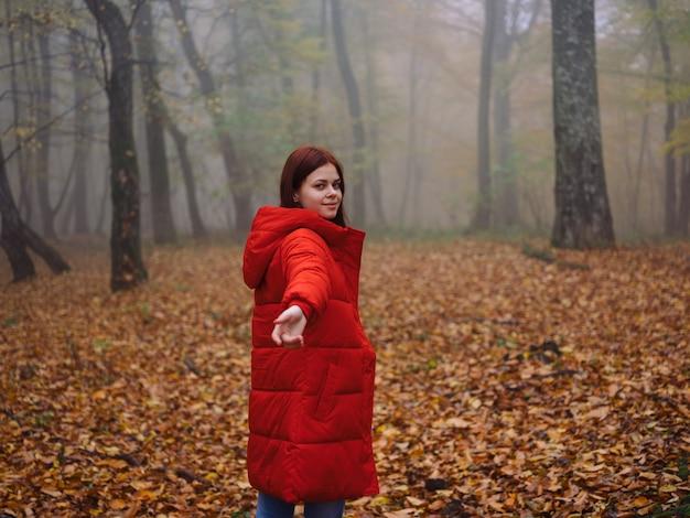 Ga op een rood jasje herfstwandeling de reis van de mistgele bladeren
