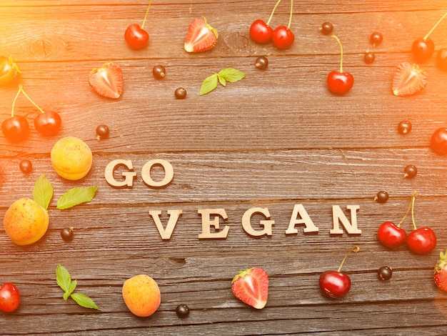 Ga veganistisch opschrift op een zwarte houten
