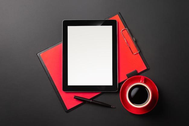 Gadget van de tabletcomputer op zakenmanbureau en koffiekop. bovenaanzicht met kopie ruimte