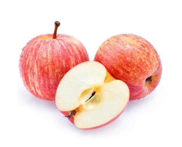 Gala appels met druppels water op witte achtergrond