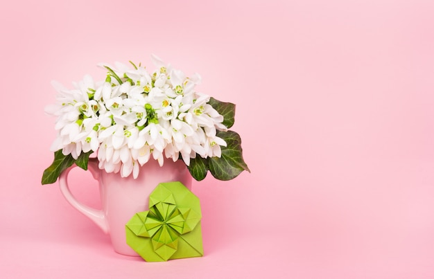 Galanthus op roze achtergrond en groen hart