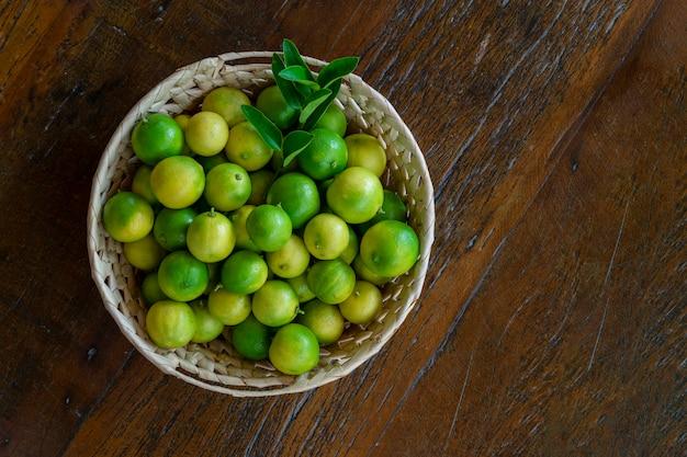 Galicische citroenmand op houten tafel.