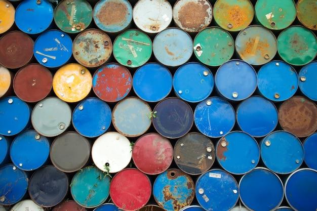 Gallons olie werden meervoudig gestapeld