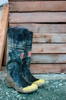 Galoshes door houten structuur, close-up