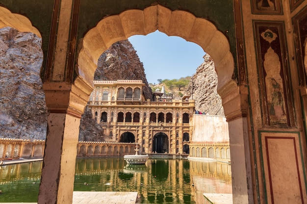 Galta ji of monkey temple in jaipur, het onderste tankzicht.