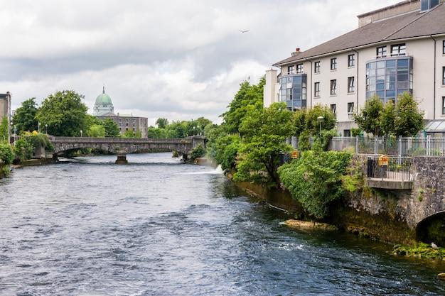 Galway-stad en corrib-rivier