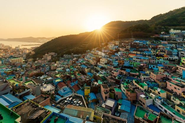Gamcheon cultuurdorp 's nachts in busan, zuid-korea.