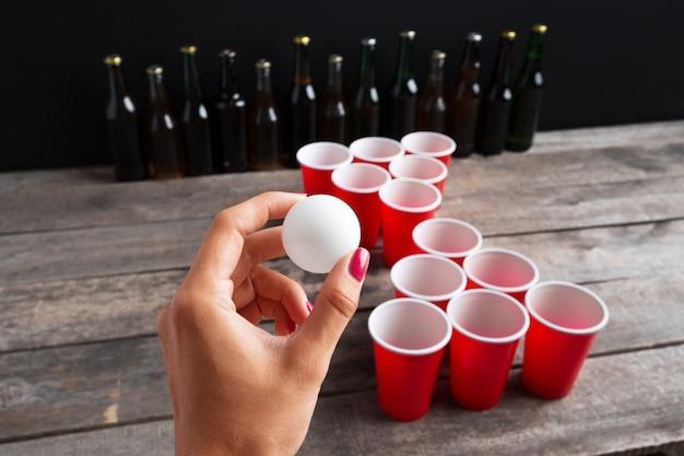 Game beer pong op houten tafel