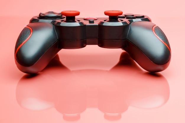 Gamecontroller gamepad op roze oppervlak
