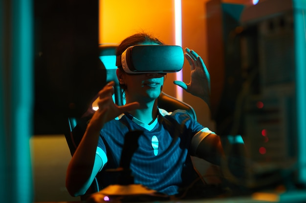 Gamer met behulp van virtual reality-simulator