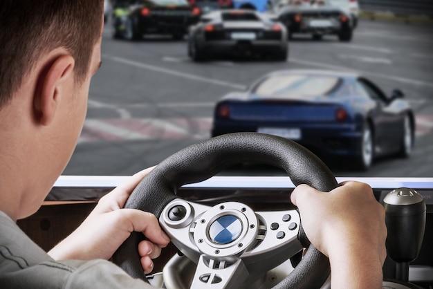 Gamer rijdende autosimulator