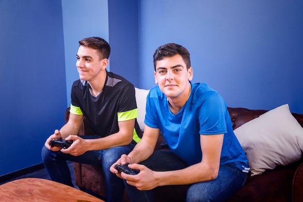 Gamers met console op bank