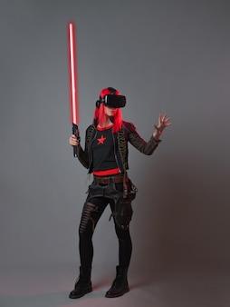 Games en virtual reality een jonge roodharige vrouw gebruikt een vr-helmportret