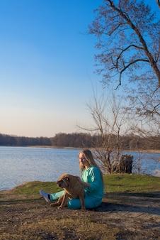 Games met een hondenras shar pei. aan het meer op een lentedag