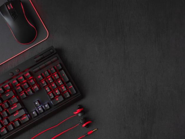 Gaming bureau met toetsenbord en koptelefoon