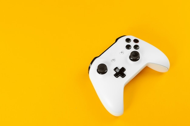 Gaming concept. joystick op kleurenachtergrond.