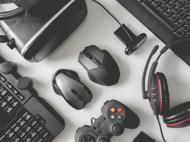 Gaminguitrusting, muis, toetsenbord en in-ear hoofdtelefoon