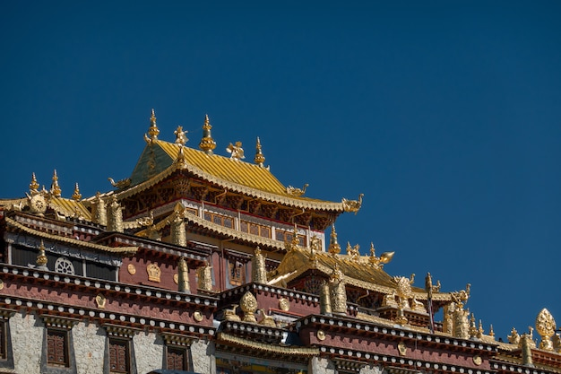 Ganden sumtseling-klooster (songzanlin-klooster) met meer en heldere blauwe hemel, shangri-la, china