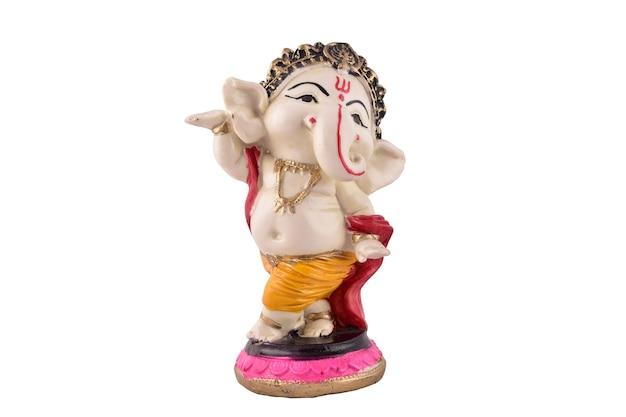 Ganesh ji standbeeld geïsoleerd op een witte achtergrond