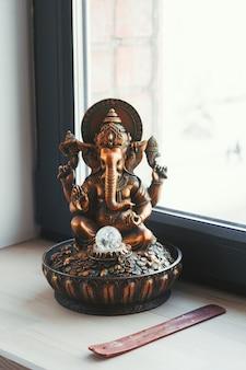 Ganesha-beeldje op een vensterbank in yogastudio