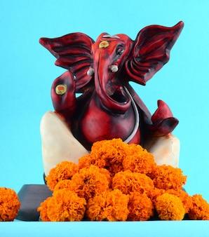 Ganesha idol op blauwe achtergrond