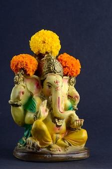 Ganesha idol op grijze achtergrond