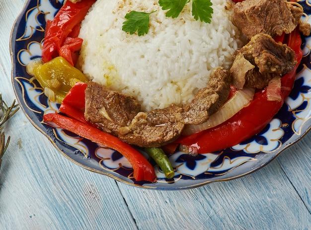 Ganfan, oeigoerse keuken, azië traditionele geassorteerde gerechten, bovenaanzicht