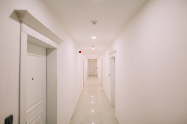 Gang in een gebouw witte trap binnenlandse gang met d