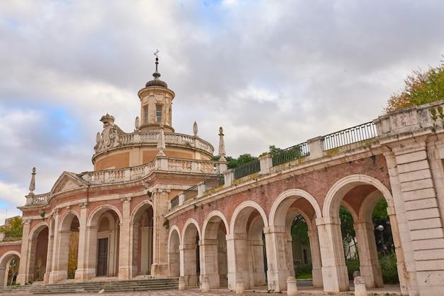 Gang met bogen in monument in aranjuez