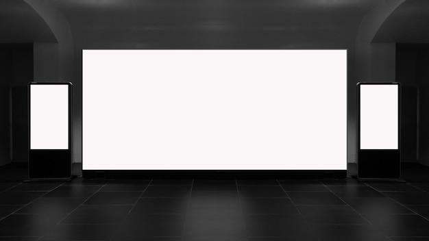 Gangbinnenland met lege banner op muur. advertentie concept.