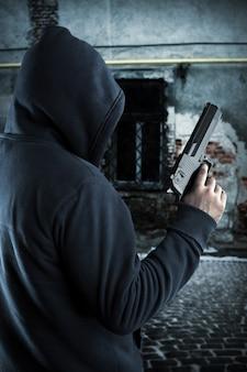 Gangster met pistool 's nachts