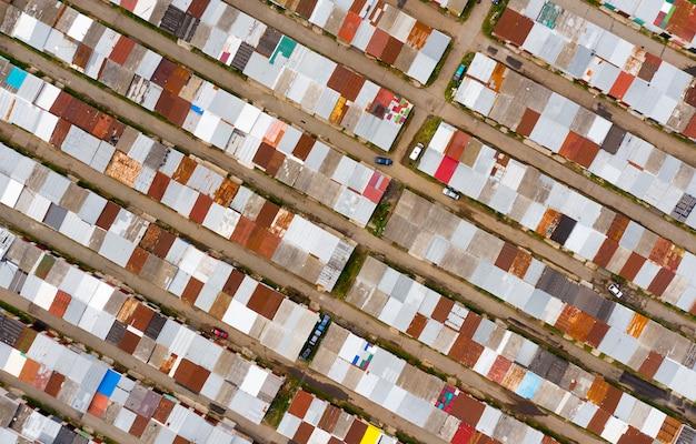 Garages aan de rand van de stad van bovenaf genomen door een drone