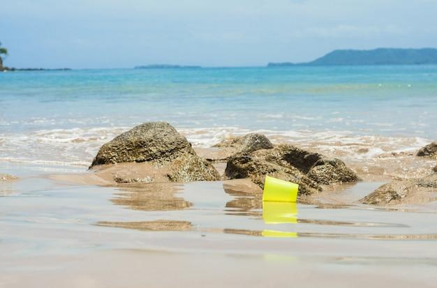 Garbage een plastic beker bij het strand recycling