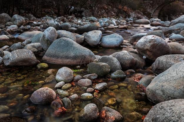 Garganta jaranda. landschap in jarandilla de la vera. natuurlandschap met een rivier