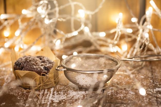 Garladn lichte en smakelijke chocolademuffins op de houten tafel