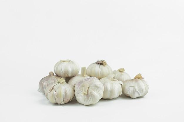 Garlics op witte achtergrond wordt geïsoleerd die
