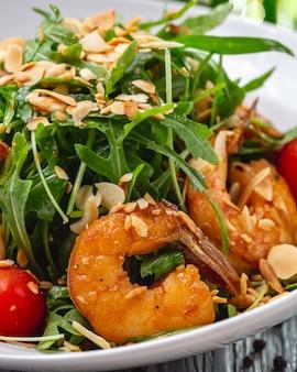 Garnaal salade arugula noten tomaat dragon zijaanzicht