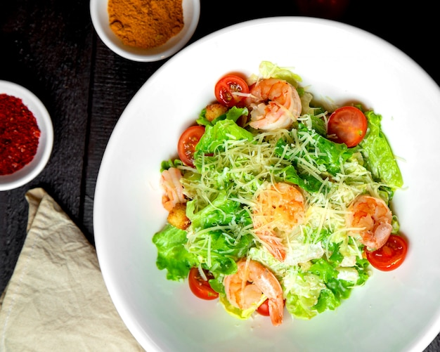 Garnalen caesar salade met sla parmezaanse kers tomaat en broodvulling