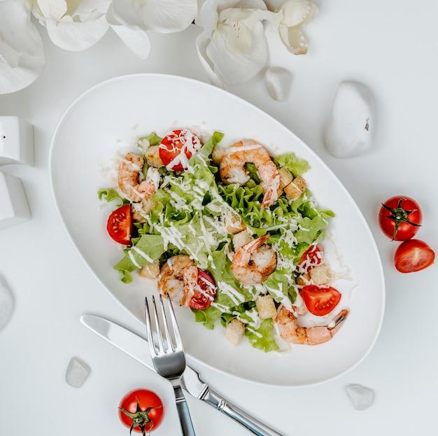 Garnalen caesar salade op de tafel