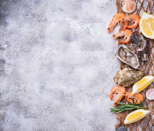 Garnalen en oesters. zeevruchten concept
