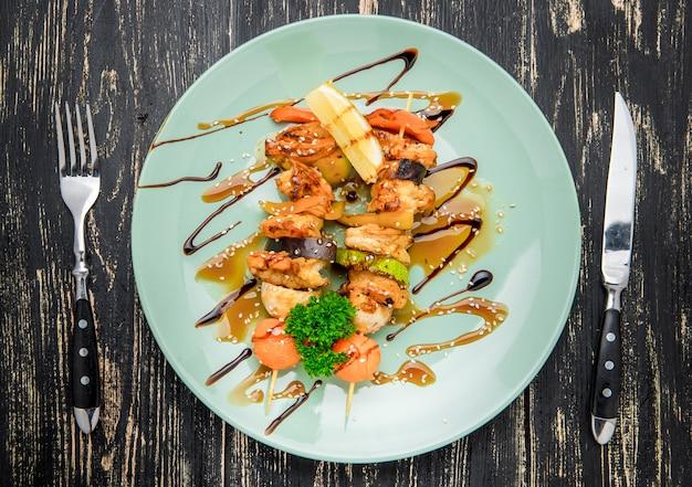 Garnalen en plantaardige vleespen op grillclose-up