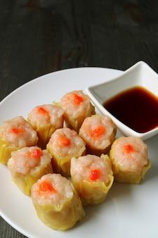 Garnalen en varkensvlees gevulde chinese gestoomde knoedels of shumai