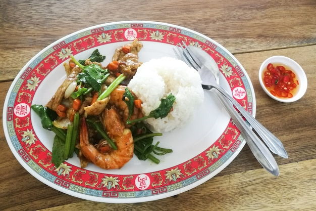 Garnalen en varkensvlees roerbakken gele kerrie met rijst. heerlijk thais eten