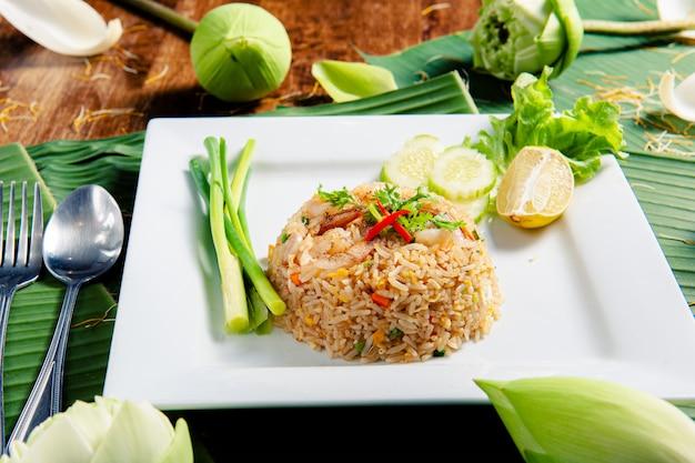 Garnalen gebakken rijst die is versierd met een bijgerecht, versierd met lotusbloemen.