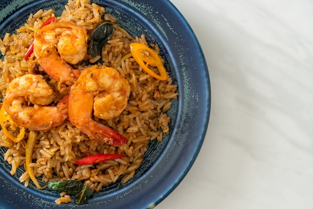 Garnalen gebakken rijst met kruiden en specerijen - aziatisch eten