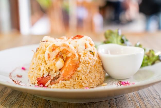 Garnalen gebakken rijst met zoute ei op plaat