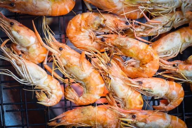 Garnalen gegrilde bbq zeevruchten op fornuis garnalen garnalen gekookt verbrand op grill barbecue