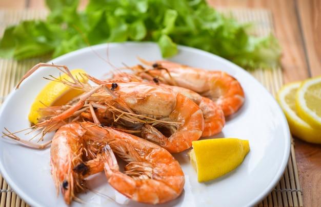 Garnalen gegrilde bbq zeevruchten op witte plaat tafel voedsel garnalen garnalen verbrande barbecue