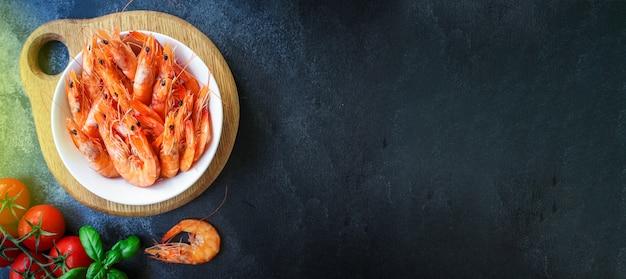 Garnalen gekookt zeevruchten klaar om garnalen te eten