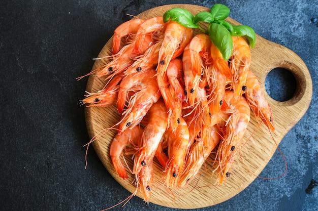 Garnalen gekookte zeevruchten klaar om te eten garnalen portie snac